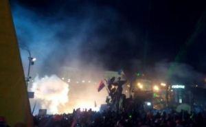 Активисты Евромайдана пытаются остановить наступление «Беркута» пением гимна