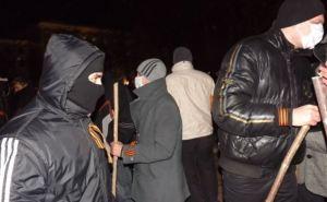 В Луганске люди в масках попытались «вымести майданную заразу» (фото, видео)