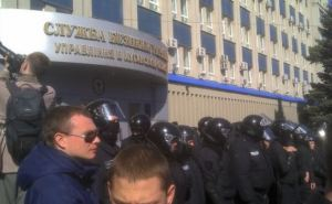 Митингующие в Луганске перекрыли участок дороги возле СБУ (фото)
