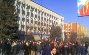 В Луганске люди с флагамиРФ забросали яйцами здание СБУ (фото)