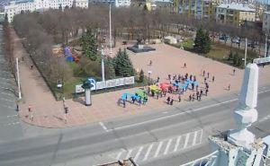 Возле памятника Шевченко в Луганске проходит акция в честь 12-летия ЛГАКИ