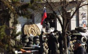 СБУ в Луганске после захвата: баррикады укрепили колючей проволокой (фото)