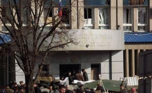 В захваченном здании СБУ в Луганске готовятся к штурму