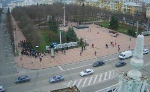 Возле Луганской облгосадминистрации собрались около 200 активистов