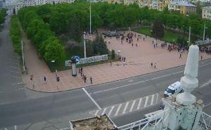 Пророссийские активисты направляются к зданию Луганской облгосадминистрации