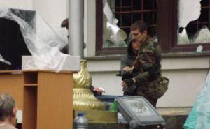 Вход в Луганскую облгосадминистрацию охраняют вооруженные люди (фото)