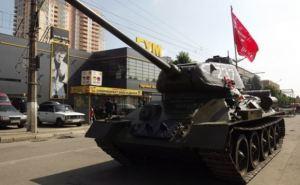 В центре Луганска на большой скорости проехал танк (фото)