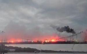 Ультрас «Зари» и других клубов Украины «зажгли» пешеходный мост в Киеве (видео)