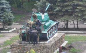 В Антраците сняли с постамента танк Т-34