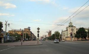 Обстрел улицы Советская в Луганске. Люди разбегаются в укрытия (видео)