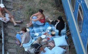 Переселенцы из Донбасса живут в Мариуполе в поездах