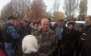 Москаль в сопровождении БТРов и автоматчиков раздал на Луганщине пенсии (фото)