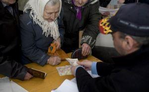 В прифронтовой поселок Чернухино завезли гуманитарную помощь и пенсию (фото)