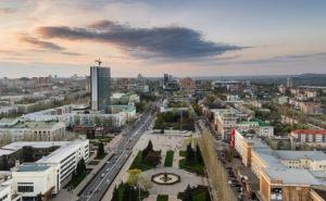 Ночь в Донецке прошла под звуки залпов и взрывов (видео)