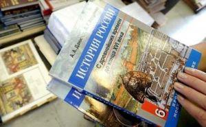 В школы Алчевска передали 26 тысяч российских учебников