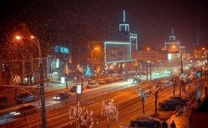 В Луганске монтируют праздничную иллюминацию