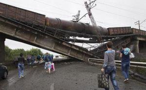 Рядом со взорванным мостом в Мариуполе железнодорожники строят обход