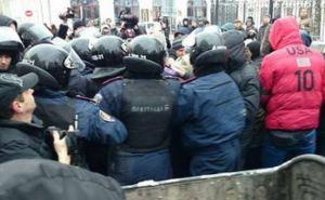Возле харьковского горсовета потасовки и попытки «мусорной люстрации»