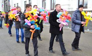 В центре Луганска женщинам дарили воздушные цветы (фото)