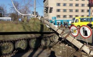 В Константиновке на месте, где броневик насмерть сбил 8-летнюю девочку, снова собирались люди