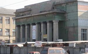 В Луганске горело здание бывшего кинотеатра «Октябрь» (видео)