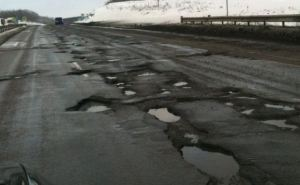 Проведение «ямочного» ремонта дорог в Украине под угрозой из-за несвоевременного финансирования. —«Укравтодор»