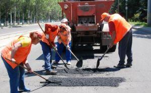 В Луганске продолжают ремонтировать дороги