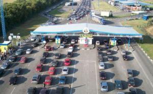 В Харьковской области в очередь на выезд из Украины собралось не меньше 100 машин