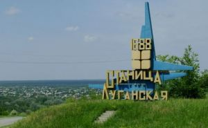 В результате обстрела в Станице Луганской загорелись три дома
