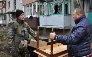 Жителям населенного пункта Пески помогают вывезти вещи из своих домов (фото)