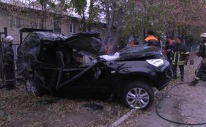 В Луганске иномарка на большой скорости влетела в столб. Водитель погиб (фото)