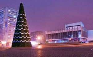В Луганске украсят 7 новогодних елок