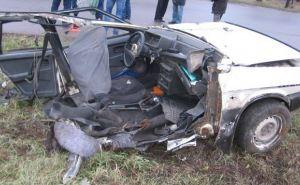 ДТП в Стаханове: машина врезалась в бетонный столб, есть жертвы (фото)