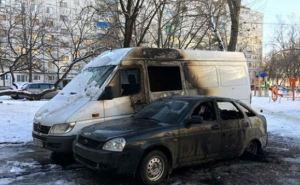 В Харькове ночью сгорели микроавтобус и автомобиль