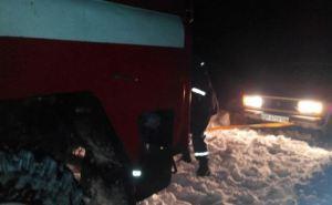 На трассе в Лисичанске в снежном заносе застрял легковой автомобиль