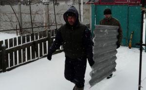В Стаханове восстанавливают разрушенное обстрелами жилье (фото, видео)
