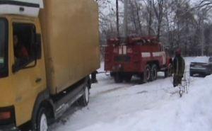 В Харькове на льду и в снегу  застряли  18 машин