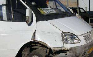 В Лисичанске маршрутка врезалась в легковушку. Есть пострадавшие (фото)