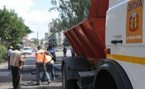 Луганские коммунальщики приступили к асфальтированию городских дорог