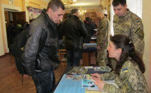 Больше тысячи контрактников отправили в армию из Харьковской области
