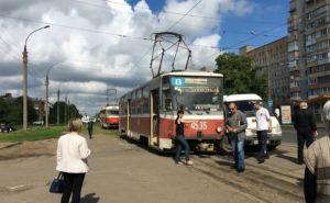 В Харькове трамвай врезался в микроавтобус (фото)