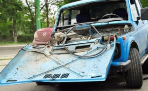 В Луганске пьяный водитель «Нивы» врезался в столб (фото)