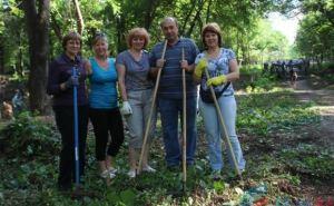 Жители Луганска вышли на субботник в парк им. Горького