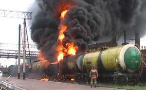 На ж/д станции в Алчевске сгорели 4 цистерны с бензолом (фото)