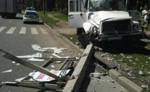 На Салтовском шоссе в Харькове грузовик снес светофор (фото)