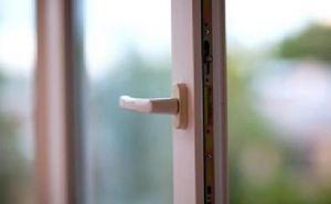 В Лисичанске ребенок выпал из окна 5 этажа