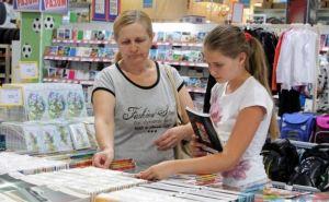 В Луганске проходит ярмарка школьных товаров (фото)