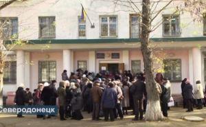 В Северодонецке пенсионеры штурмуют здание пенсионного фонда (видео)