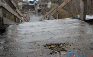 Под обстрел попал мост в районе Станицы Луганской (фото)