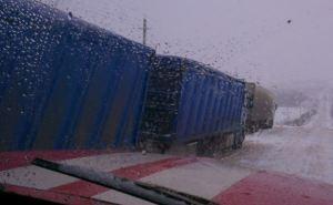 Несколько грузовиков и скорых застряли на скользкой дороге под Харьковом